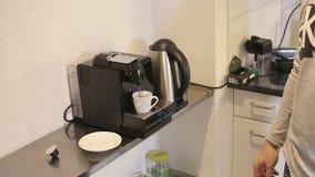 Mężczyzna naciska guzika na kawowej maszynie w domu zbiory wideo