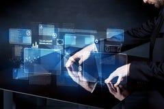 Mężczyzna naciskowej technologii mądrze stołowy interfejs Obrazy Royalty Free