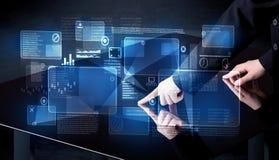 Mężczyzna naciskowej technologii mądrze stołowy interfejs zdjęcie royalty free