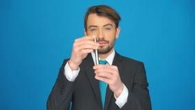 Mężczyzna nakrywa w górę jego papierosu zbiory wideo