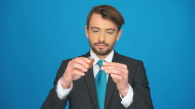 Mężczyzna nakrywa w górę jego papierosu zdjęcie wideo