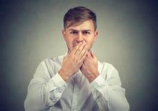 Mężczyzna nakrywkowy usta w ciszy zdjęcia stock