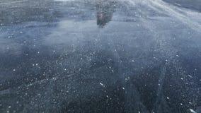 Mężczyzna nalewa śnieg na lodzie swobodny ruch Cząsteczki śnieg pięknie rozpraszają na lodzie Mężczyzna w mitynkach zbiory wideo
