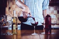 Mężczyzna nalewa czerwone wino Zdjęcia Stock