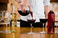 Mężczyzna nalewa czerwone wino Obraz Stock