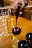 Mężczyzna nalewa czerwone wino Obrazy Stock