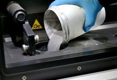 Mężczyzna nalewa metalu proszek w sala laserowa sintering maszyna zdjęcia royalty free