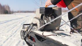 Mężczyzna nalewa paliwo w benzynowego zbiornika mini snowmobile na zimy śnieżnej drodze zbiory wideo
