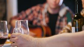 Mężczyzna nalewa wino Kamer zmiany skupiają się inny mężczyzna który bawić się gitarę zbiory wideo
