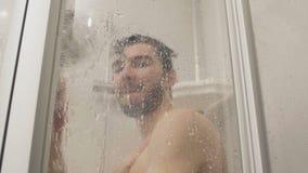 Mężczyzna nalewa wodę na szkle prysznic kabina zbiory wideo