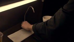 Mężczyzna nalewa wodę w puchar zdjęcie wideo