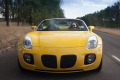 Mężczyzna napędowy cabrio zdjęcia royalty free