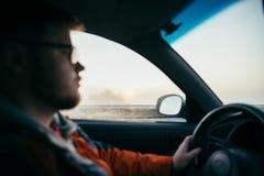 Mężczyzna napędowy samochód w mgle obraz royalty free