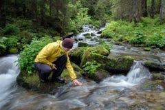 Mężczyzna napoju woda zdjęcie royalty free