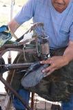 Mężczyzna napraw but Fotografia Royalty Free