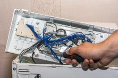 Mężczyzna naprawia elektronika pralka obrazy royalty free