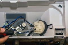 Mężczyzna naprawia elektronika pralka fotografia stock