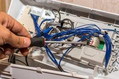 Mężczyzna naprawia elektronika pralka obraz royalty free
