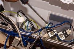 Mężczyzna naprawia elektronika pralka fotografia royalty free
