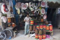 Mężczyzna naprawia muzycznych muzycznych instrumenty w Lahore Pakistan Obrazy Royalty Free