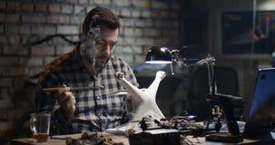 Mężczyzna naprawia trutnia zdjęcie wideo