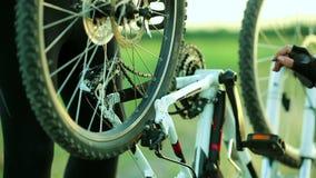 Mężczyzna naprawiania bicyklu łańcuch zbiory