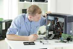 Mężczyzna naprawiania komputer obraz stock