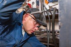 Mężczyzna naprawiania motocyklu opona z remontowym zestawem, opona wtyczkowy remontowy zestaw dla tubeless opon Obrazy Royalty Free