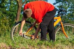 Mężczyzna naprawiania pluskwa na rowerze Obrazy Royalty Free