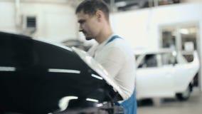 Mężczyzna naprawiania samochodu zderzak zbiory wideo
