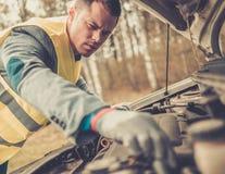 Mężczyzna naprawianie łamający samochód fotografia stock