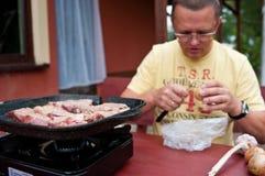 Mężczyzna narządzania tabletop grill Fotografia Stock