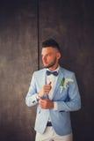 Mężczyzna narzeczony w błękitnym kostiumu w studiu Obrazy Royalty Free