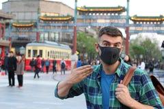 Mężczyzna narzeka o zanieczyszczeniu w Azja zdjęcia stock