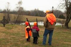 Mężczyzna nauczania synowie dlaczego jeleni polowanie obraz stock