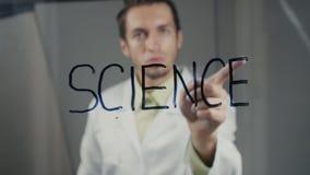 Mężczyzna naukowiec pisze słowa ` nauki ` na szkle zbiory