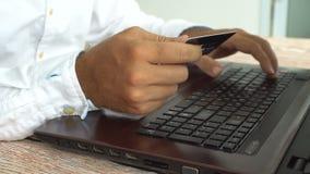 Mężczyzna nie udać się próbować płacić online target2347_1_ karciani pojęcia kredyta kuli ziemskiej internety kartografują płatni zdjęcie wideo