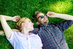 Mężczyzna nieogolony i dziewczyna kłaść na trawy łące Faceta i dziewczyny szczęśliwy beztroski cieszy się świeżość trawa zamknięt zdjęcie royalty free