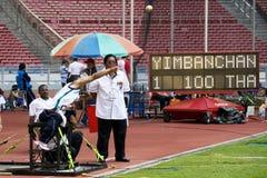mężczyzna niepełnosprawne osoby putt s strzał fotografia royalty free
