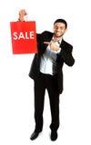Mężczyzna niesie czerwonego sprzedaży torba na zakupy zdjęcia royalty free