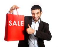 Mężczyzna niesie czerwonego sprzedaży torba na zakupy obrazy royalty free
