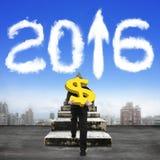 Mężczyzna niesie dolarowego znaka wspina się starych schodki w kierunku 2016 chmur Obrazy Stock