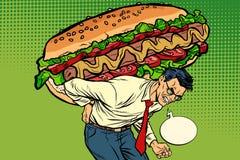 Mężczyzna niesie ogromną hot dog kiełbasę z sałatką Fotografia Royalty Free