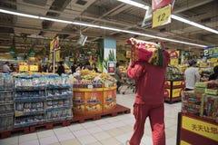 Mężczyzna niesie torbę ryż Fotografia Stock