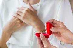 Mężczyzna niespodzianka jego dziewczyna z pierścionkiem zdjęcia stock