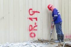 Mężczyzna niszczy beton podłoga zdjęcie stock