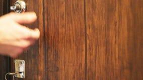 Mężczyzna no może otwierać drzwi z kluczem, no otwiera jej choler, then zbiory wideo