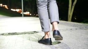 Mężczyzna nocy chodzący miasto zbiory wideo