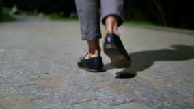 Mężczyzna nocy chodzący miasto zdjęcie wideo