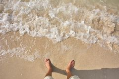 Mężczyzna nogi na piaska morza i plaży fala Zdjęcia Royalty Free